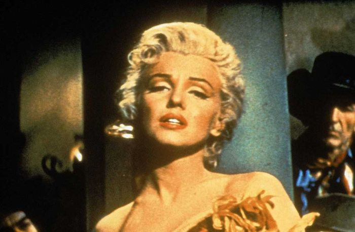 Die Saloon-Sängerin Kay (Marilyn Monroe) hat sich um den 10-jährigen Mark gekümmert, da dessen Mutter gestorben ist. Bild: Sender / BR / Motion Picture © 1954 Twentieth Century Fox Film Corporation. Renewed 1982 Twentieth Century Fox Film Corporation.